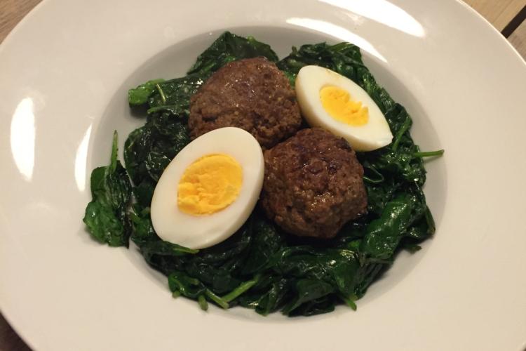 Simpele spinazie met gehaktballen en ei