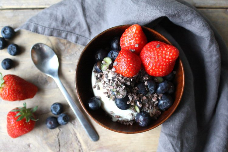 Griekse yoghurt met bessen en aardbeien