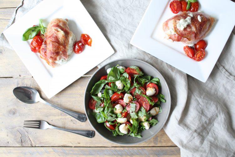 Gevulde kruidenkaas kipfilet met Caprese salade