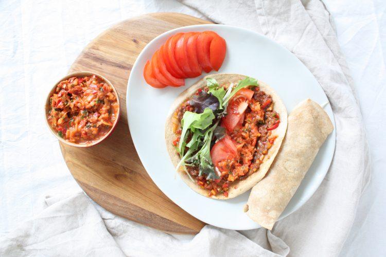 Turkse pizza's met Acili Ezme tomatensalsa!