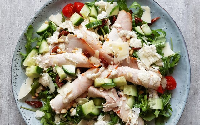 Rucola salade met gebraden kipfilet en truffeldressing