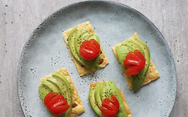 Kaascrackers met avocado en tommies!