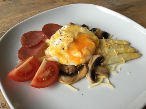 Gepocheerd eitje met asperges en champignons